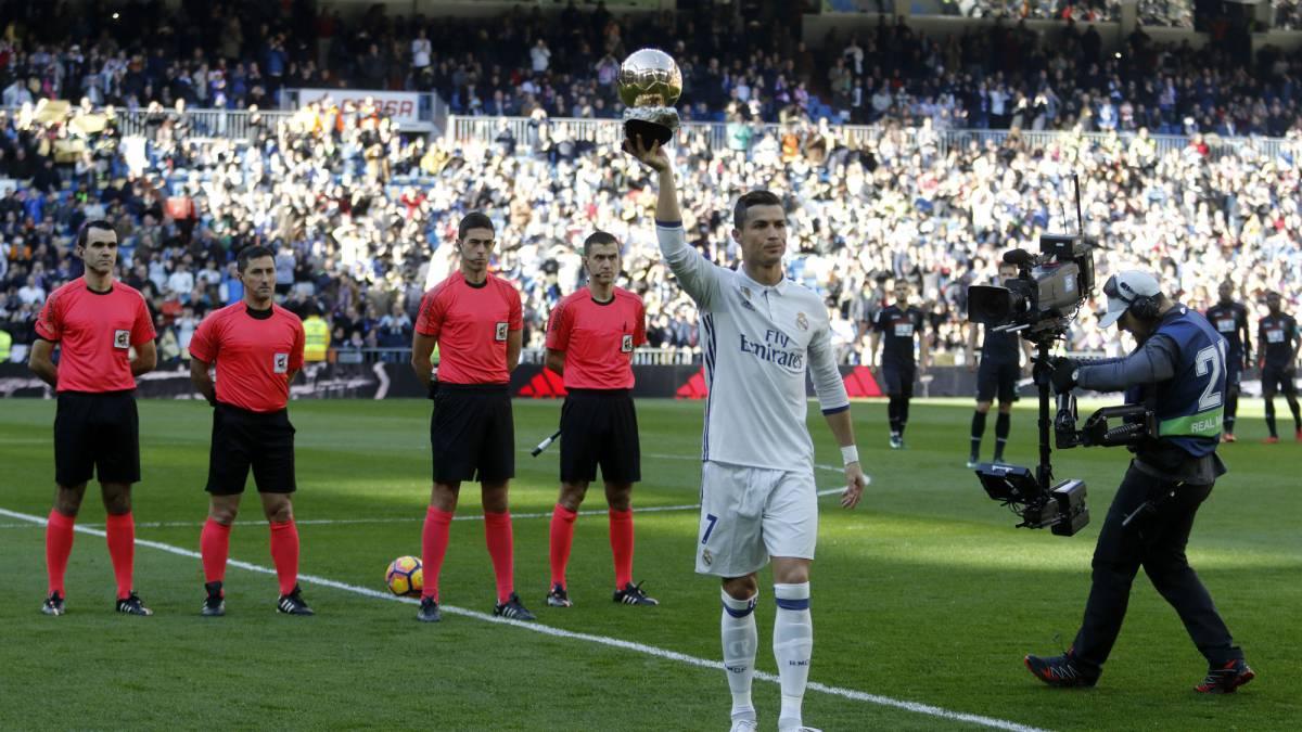 01ef8f99267 Cristiano Ronaldo presents his Ballon d Or to the Bernabéu