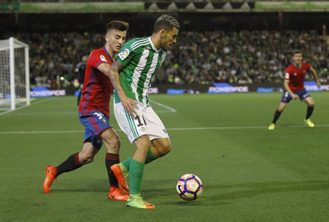 Dani Ceballos hugging the touchline against Osasuna