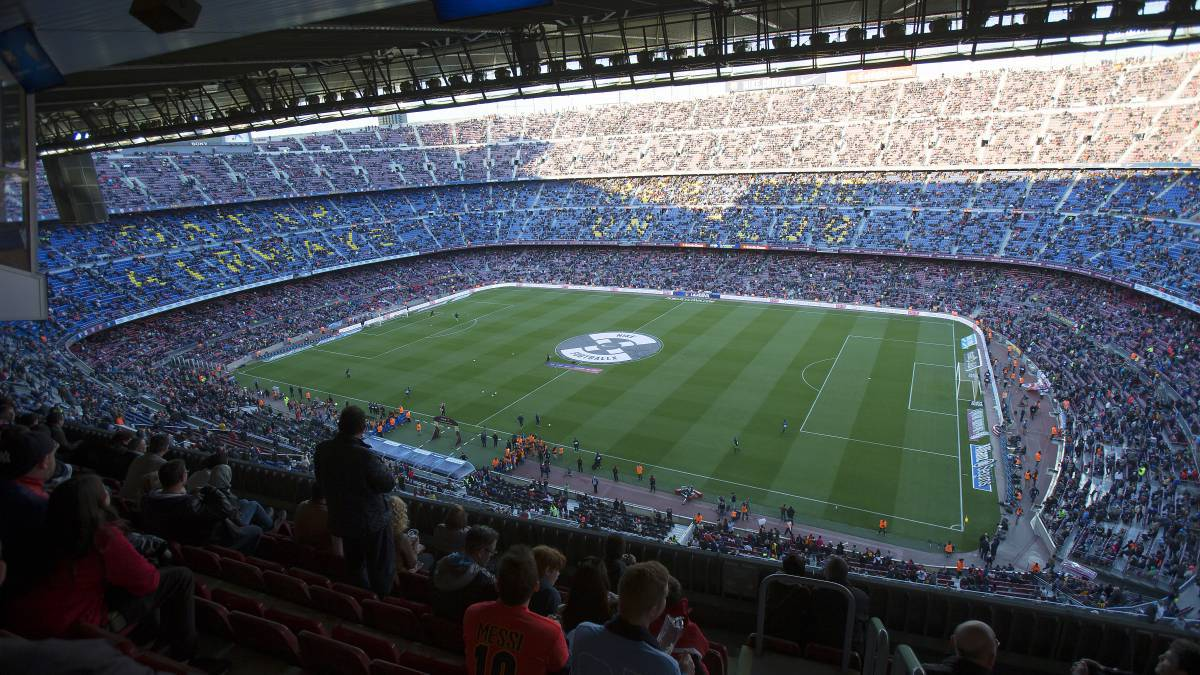 High flying FC Barcelona meet Las Palmas in shadow of referendum