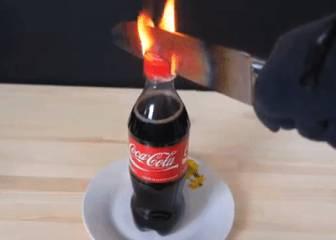 Un cuchillo al rojo vivo vs. una botella de Coca-Cola