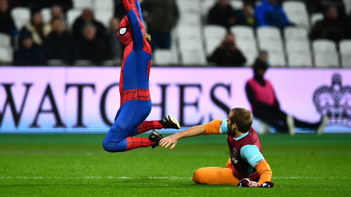 'Spiderman' invade el campo en un Manchester City-West Ham y le hacen penalti
