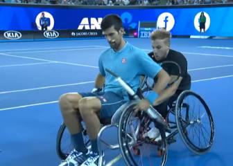 Djokovic intenta jugar al tenis en silla de ruedas y es un desastre