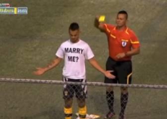 Pide matrimonio tras marcar un golazo pero no se libra de la amarilla