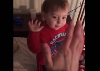 Este niño de dos años mete más canastas que tú