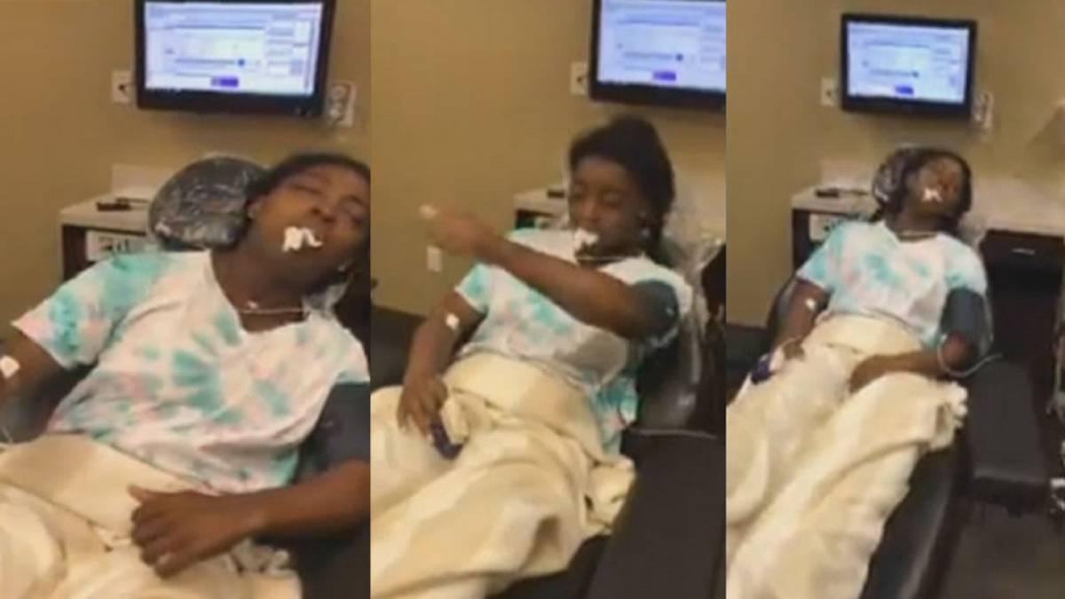 Simone Biles es viral al mostrarse bajo los efectos de la anestesia
