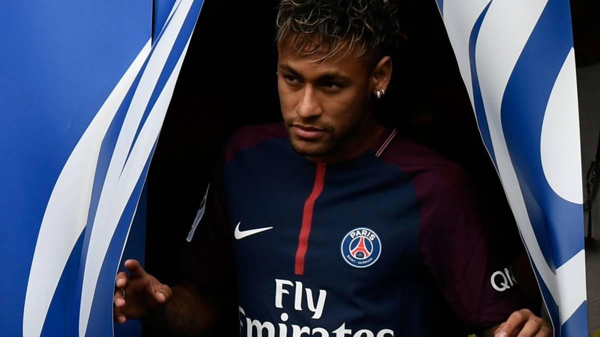 217bc61c020fa Neymar y el PSG la lían de nuevo  el álbum de Panini y el PES 2018 le  llevan en portada