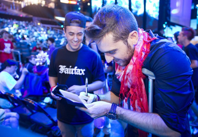 Ocelote signing autographs in the World League of Legends of 2013