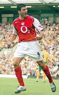 Reyes enseña a bailar al Arsenal