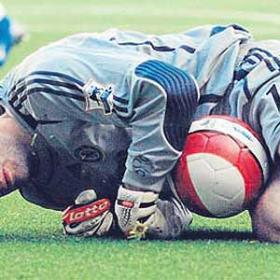 La FA exculpa al jugador que lesionó al meta Cech