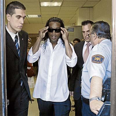 La nacionalización de Ronaldinho podría forzar su marcha al Chelsea