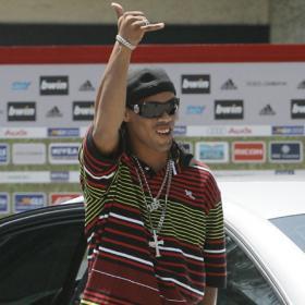 Milanista: Ronaldinho saluda a los fans del Milan a su llegada a Milanello