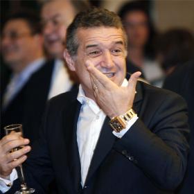 Becali cesa al técnico del Steaua por no dejarle entrar a los vestuarios