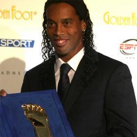 (صورة اليوم)رونالدينيو صاحب القدم الذهبية..~