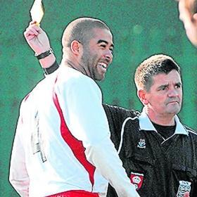 Amarilla por tirarse un pedo en la cara del árbitro