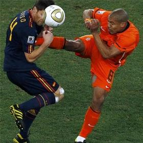 Howard Webb admite su error en la final: &quot;Debera haber expulsado a De Jong&quot;