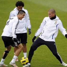 ������ ������� 2011 ������ ������� Cristiano_trabaja_resto_mirada_Maradona.jpg