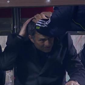 Mourinho, atendido tras golpearse con el banquillo