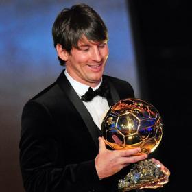 Messi posa con su Balón de Oro.