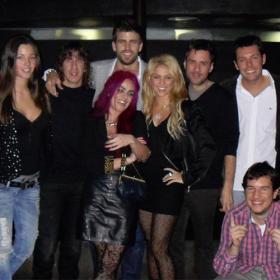 Piqué y Shakira, con Puyol y Malena Costa.