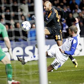 Doblete de Anelka que da al Chelsea aire en Champions