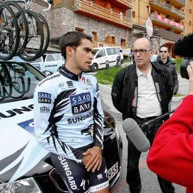 Los gendarmes detienen a Contador por no llevar luz