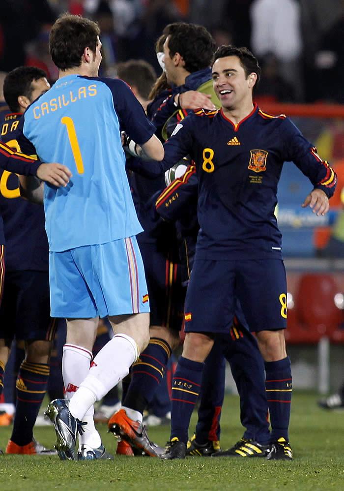 Casillas, Xavi, Zubi y Raúl, con la medalla de los 100