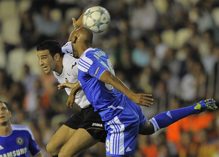 Soldado y Alves mantienen con vida al Valencia