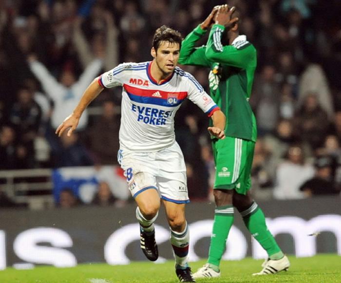 El Lyon vence a pesar de jugar 40 minutos con diez