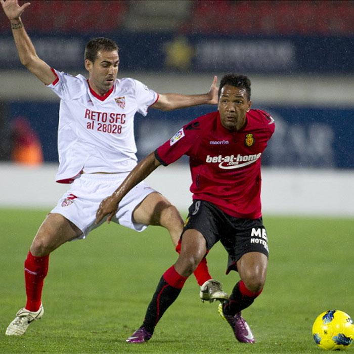 Fernando Navarro formaliza su renovación hasta 2016