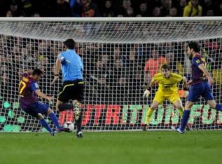 Pedro xuta a Casillas per fer el primer gol del Barça