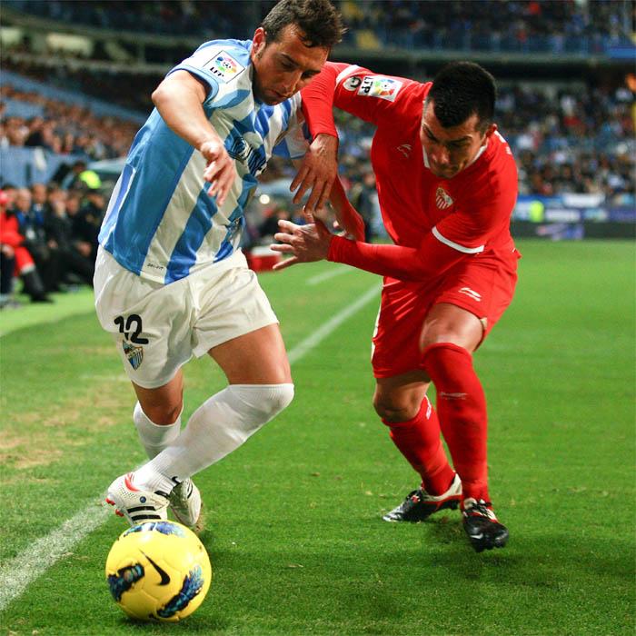 El Málaga gana y el Sevilla se queja en un derbi espeso