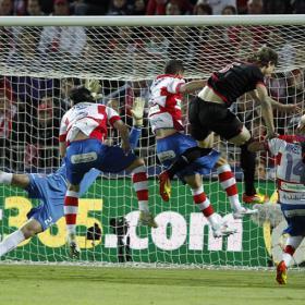 Susaeta frena al Granada en un partido entre titanes