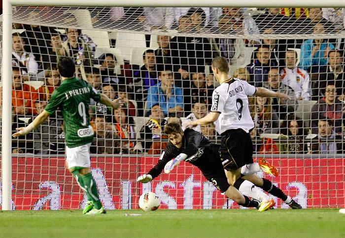 Canales destroza al Betis y despierta al Valencia