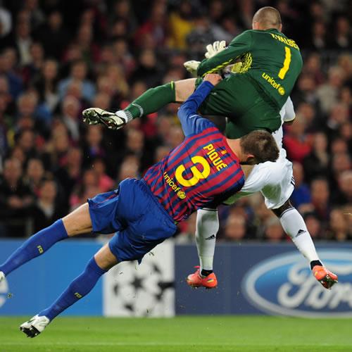 Piqué, sustituido tras un brutal choque con Valdés