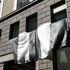 La sede del Milán amanece con la bandera de la Juve