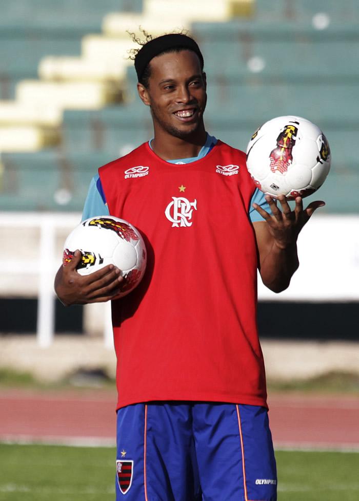 Ronaldinho aparece borracho a entrenar y Joel Santana estalla