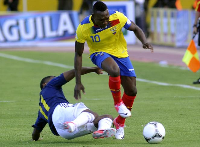 Ecuador vence a Colombia y vuelve a zona de clasificación