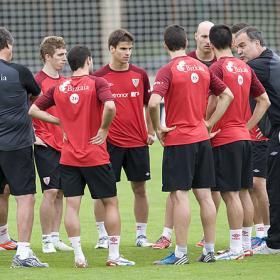 Aduriz repetirá en la punta y Muniain jugará por Herrera