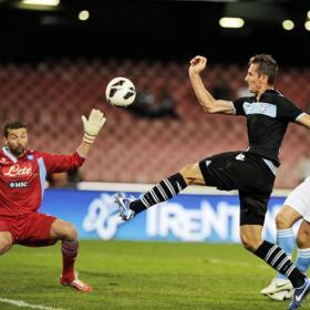 Klose le 'chivó' al árbitro su mano y por fin ganó el Milán