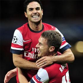 Gervinho y Podolski desatascan al Arsenal