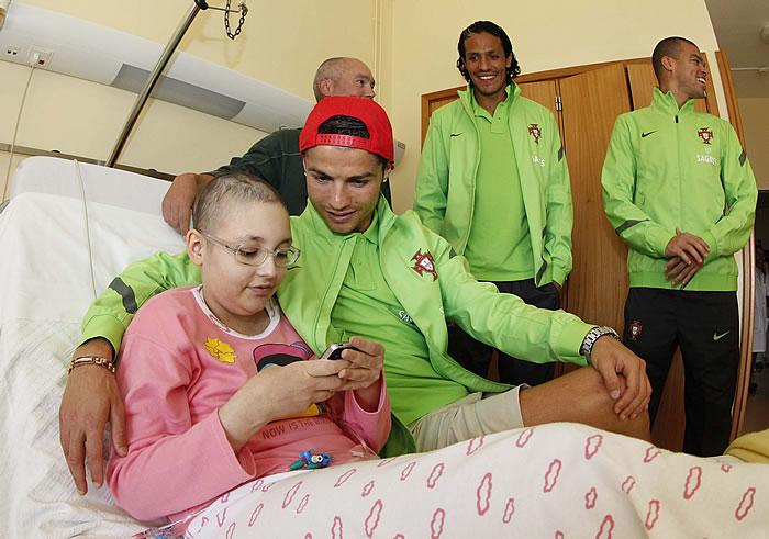Cristiano y Pepe visitaron ayer un hospital infantil