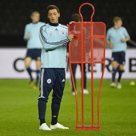 Özil contra Ibrahimovic con el liderato en juego