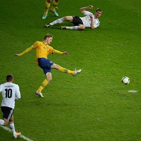 Ibrahimovic arengó a Suecia en el descanso