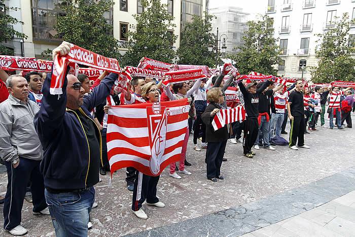 250 aficionados protestaron ayer contra el alcalde