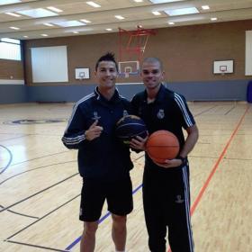 Cristiano se relaja jugando al baloncesto con Pepe