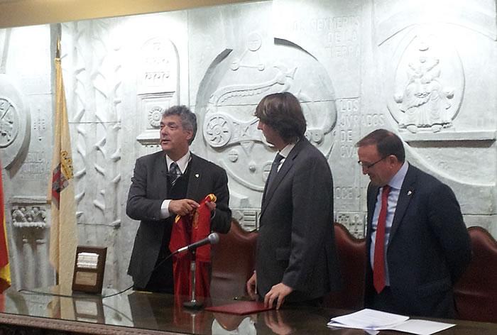 Villar recibió la insignia de oro y brillantes del club
