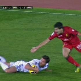 Otra baja en el Madrid: Xabi Alonso vio la quinta amarilla