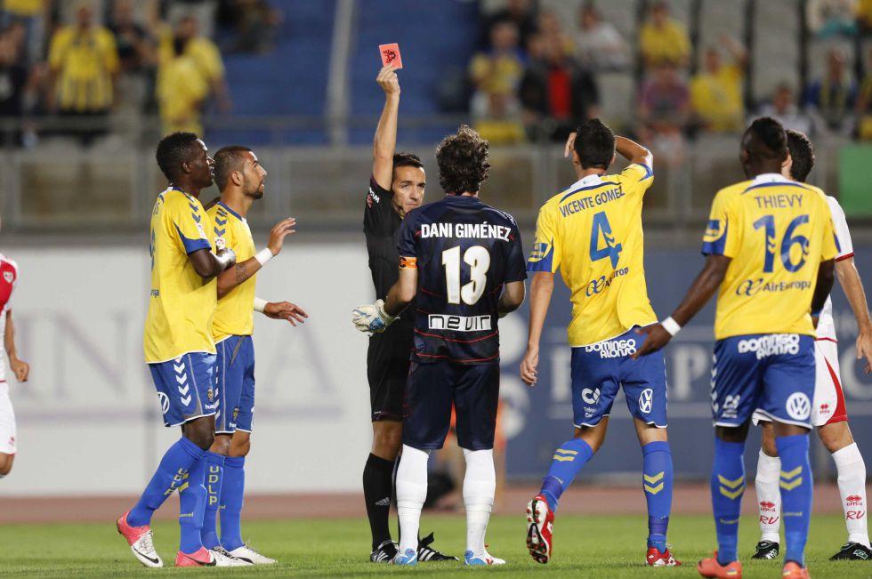 Las Palmas toma ventaja ante un Rayo que se quedó con diez