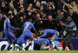 Un cabezazo de Moses en el último suspiro salva al Chelsea