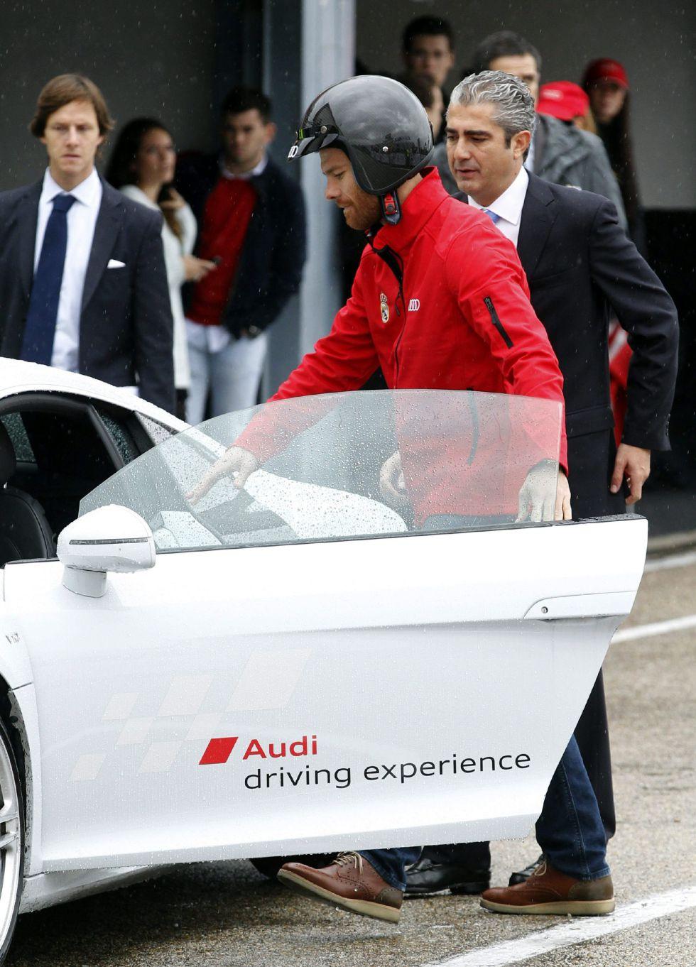 La plantilla del Madrid reciben sus nuevos coches en el Jarama